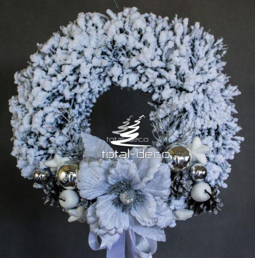 wianek świąteczny wieniec bożonarodzeniowy ośnieżony oprószony śniegiem nowoczesny z białymi srebrnymi dodatkami dekoracja bozonarodzeniowa ozdoby świąteczne online sklep internetowy