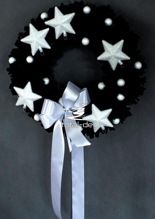 czarny ośnieżony wianek na drzwi udekorowany do zawieszenia do na drzwi położenia na stół ze srebrnymi dodatkami gwiazdami białymi dekoracjami dekoracja świąteczna nowoczesna sklep online