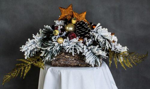Dekoracja świąteczna stroik na stół kompozycja świąteczna ośnieżona nowoczesny uniwersalny opruszony totaldeco total deco stroiki bożonarodzeniowe udekorowane gwiazdy bombki