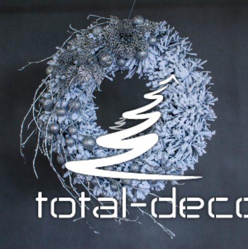 wianek świąteczny bożonarodzeniowy dekoracja bożonarodzeniowa świąteczna wianek wieniec do położenia zawieszenia powieszenia oprószony śniegiem biały srebrny srebro ozdoba na boże narodzenie