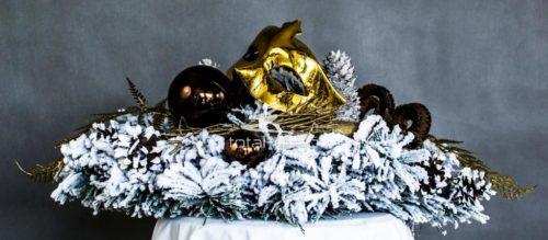 Dekoracja bożonarodzeniowa ośnieżona sztuczna żywa kolor złota brązu biała obsypana śniegiem udekorowana oryginalnymi ozdobami niepowtarzalna dekoracja świąteczna