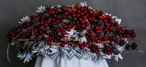 stroik bożonarodzeniowy ośnieżony biały nowoczesny z dodatkami czerwieni szyszkami opruszony śniegiem