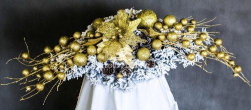 biały stroik bożonarodzeniowy dekorowany na złoto