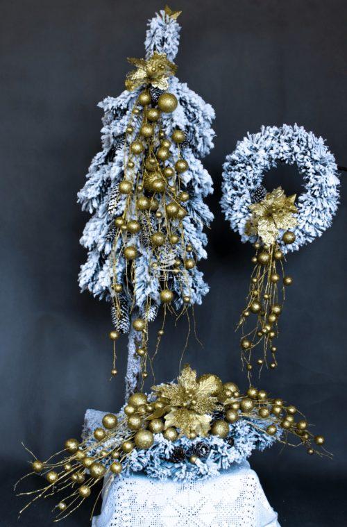 zestaw dekoracji bożonarodzeniowych nowoczesne ozdoby choinka stroik wiane ośnieżona oprószona śniegiem bielona choinka na pniu ze złotem wianek na drzwi
