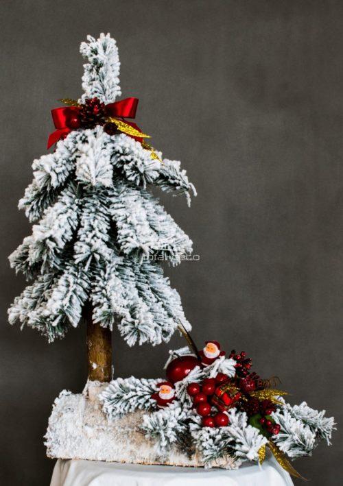 oryginalna nowoczesna dekoracja świąteczna ośnieżona choinka na pniu ze stroikiem choinka razem ze stroikiem modna ozdoba świąteczna choinka ubrana czerwone dodatki