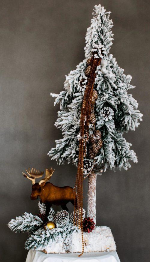 choinka i stroik ubrana na biało nowoczesna dekoracja świąteczna biała choinka na pniu ośnieżona dekoracja