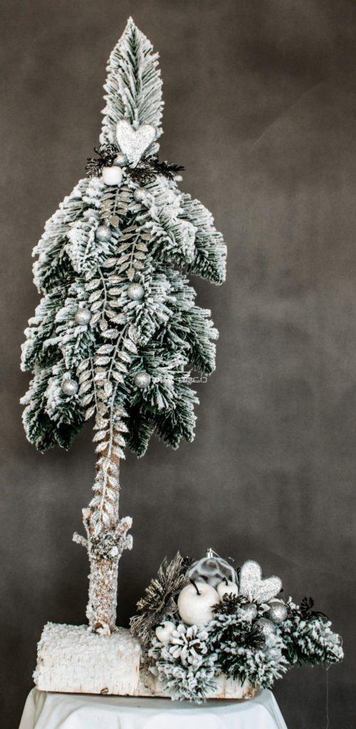 nowoczesna choinka ze stroikiem ubrana na biało srebrno dekoracja bożonarodzeniowa nowoczesnie ubrana choinka biała bielona na pniu sztuczne ozdoby świąteczne