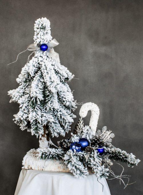 stroik i choinka nowoczesnie ubrana choinka ośnieżona dekoracja świąteczna choinka florystyczna ubrana na biało ze stroikiem sztuczna na pniu