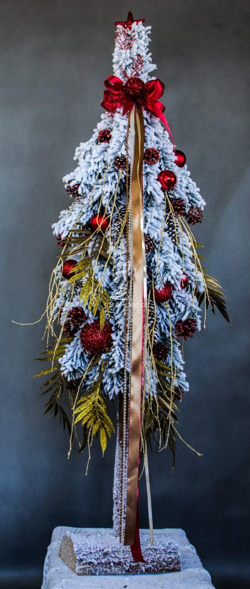 Duża choinka ośnieżona sztuczna choinka bielona na pniu nowoczesna dekoracja świąteczna , choinka ośnieżona z dodakami w kolorze złota i czerwieni, ubrana dekoracyjna choinka z czerwoną kokardą
