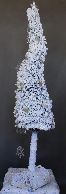 Choinka dekorowana opruszona śniegiem na pniu choinka ośnieżona biała zwysoka z minimalistycznymi dodatkami choinka oryginalna biała ozdobna bożonarodzeniowa gęsta sztuczna choinka na pniu