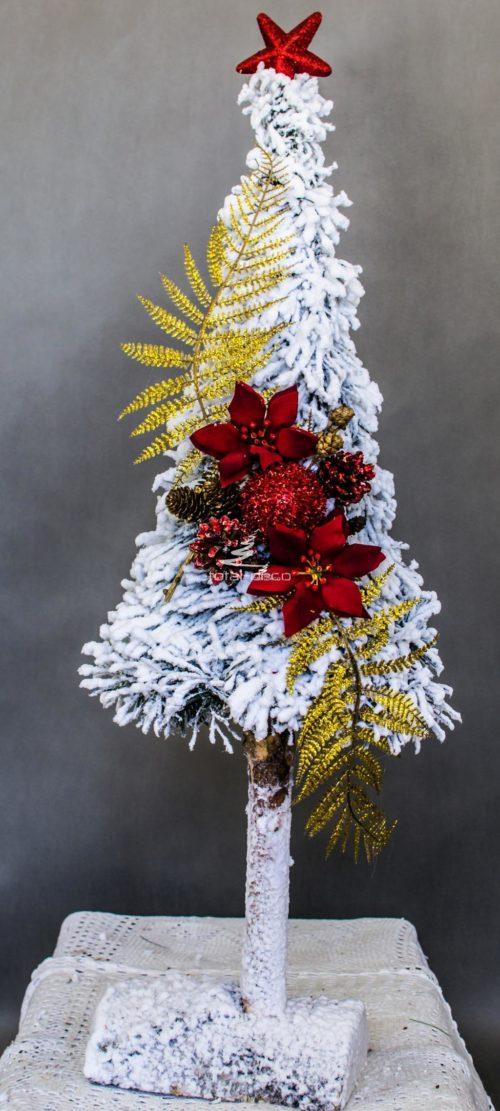 choinka ośnieżona biała gęśta na pniu minimalistyczna ozdoba ozdoba bożonarodzeniowa choinka opruszona białym śniegiem choinka ubrana ozdoby czerwone złote gwiazda