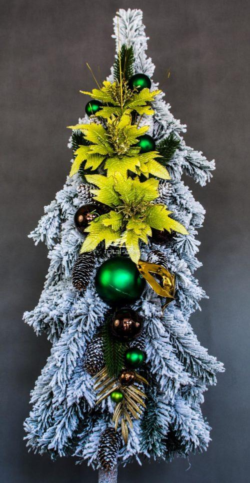 duża ośnieżona choinka bielona choinka na pniu opruszona biała choinka wysoka ubrana choinka dodatkami w kolorach zieleni i złota
