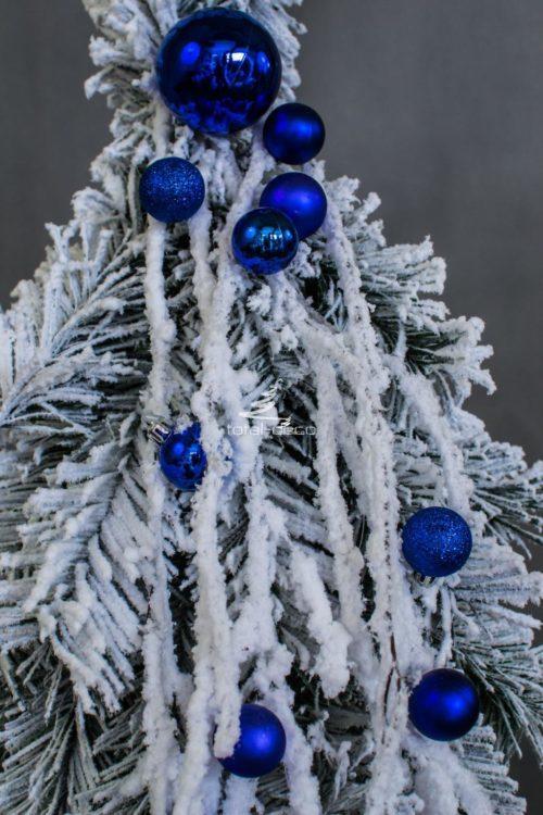 dekoracyjna ośnieżona biała choinka mała dekoracyjna choinka z ozdobami niebieskimi z bombkami niska bielona choinka na pniu
