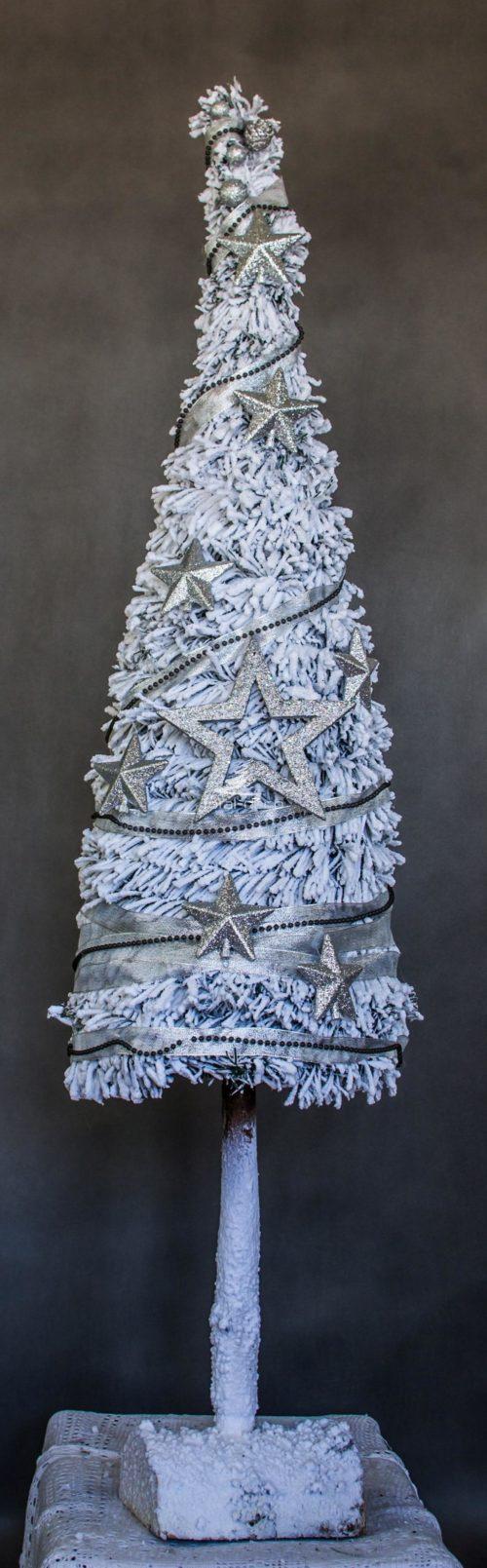 choinka udekorowana na pniu choinka ubrana gęsta biała ośnieżona choinka wysoka na pniu biała ubrana gwiazdy srebro