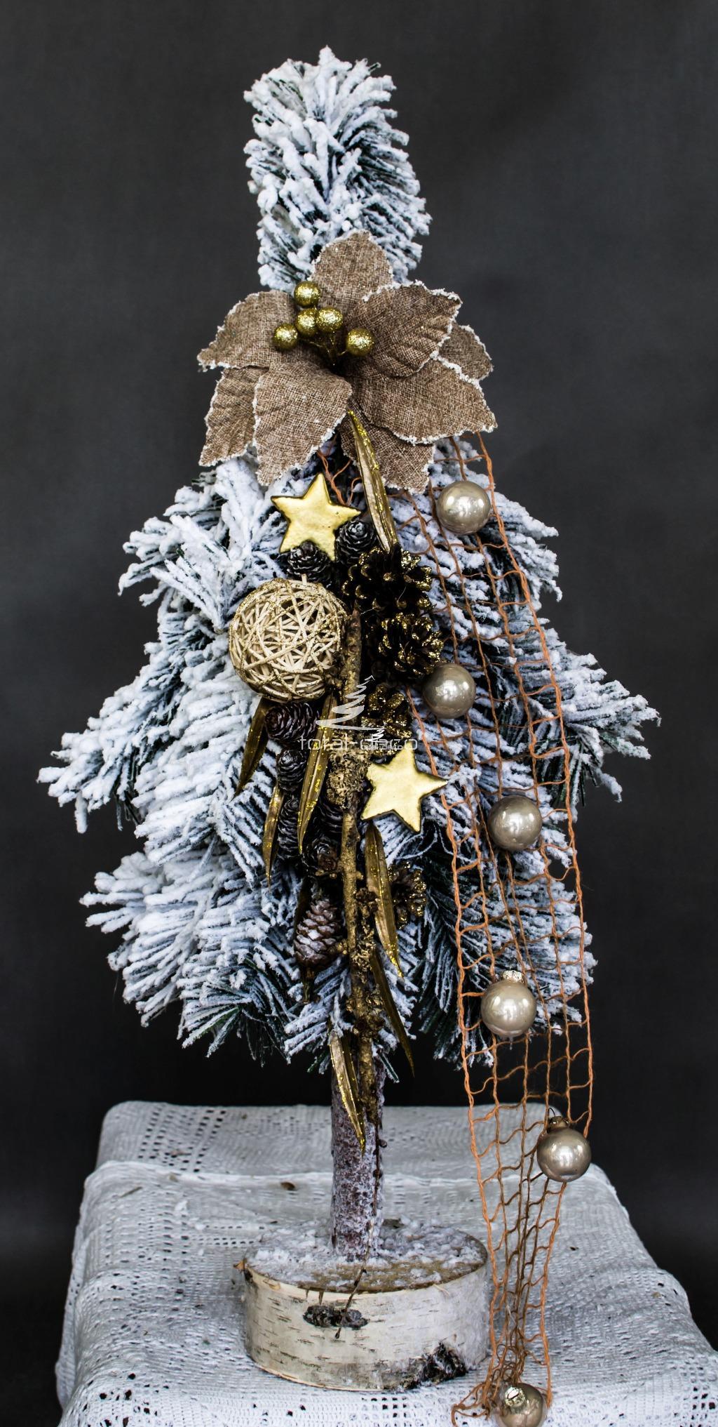 choinka biała ubrana gęsta sztuczna dekoracyjna ozdobna minimalistyczna biała ośnieżona opruszona śniegiem choinka ubrana białą choinka ubrana złoto