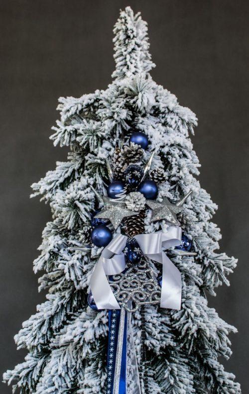 Duża ośnieżona choinka ozdoba swiąteczna choinka bielona z dodatkami w kolorze niebieskim oraz srebrnym wysoka sztuczna choinka na pniu choinka bielona na pniu oryginalna niepowtarzalna biała choinka