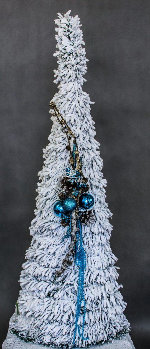 choinka stożkowa biała śnieżona choinka ubrana bożonarodzeniowa ozdobna choinka z niebieskimi dodatkami