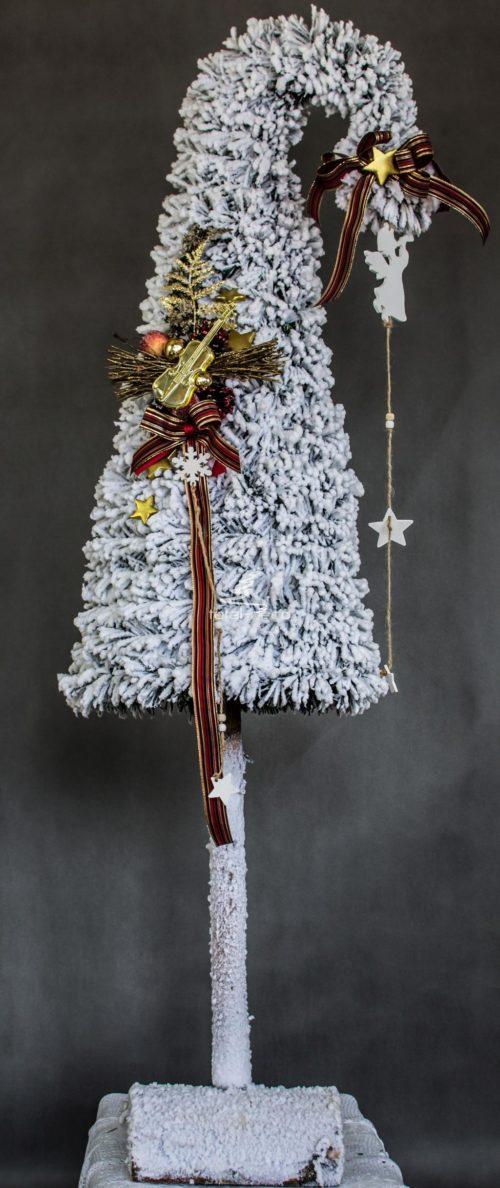 choinka dekorowana śnieżona na biało z dodatkami dekoracyjna ozdoba choinka czapka mikołaja choinka ubrana choinka ubrana w dodatki w kolorze brązu