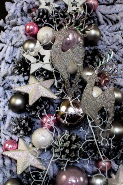 Biała choinka udekorowana ubrana na oniu gęsta sztuczna ośnieżona obielona obielona choinka bożonarodzeniowa oryginalna ozdobiona srebro róż rożowy wysoka choinka udekorowana