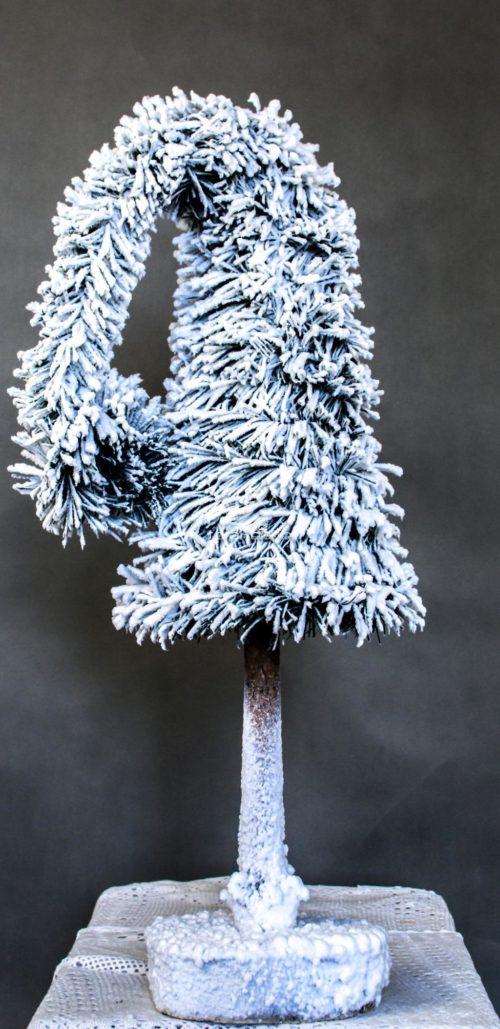 CHoinka na pniu biała ośnieżona czapka mikołaja nowoczesne ozdoby świąteczne bożonarodzeniowe dekoracje dla domu na święta zimowa choinka biała oprószona śniegiem