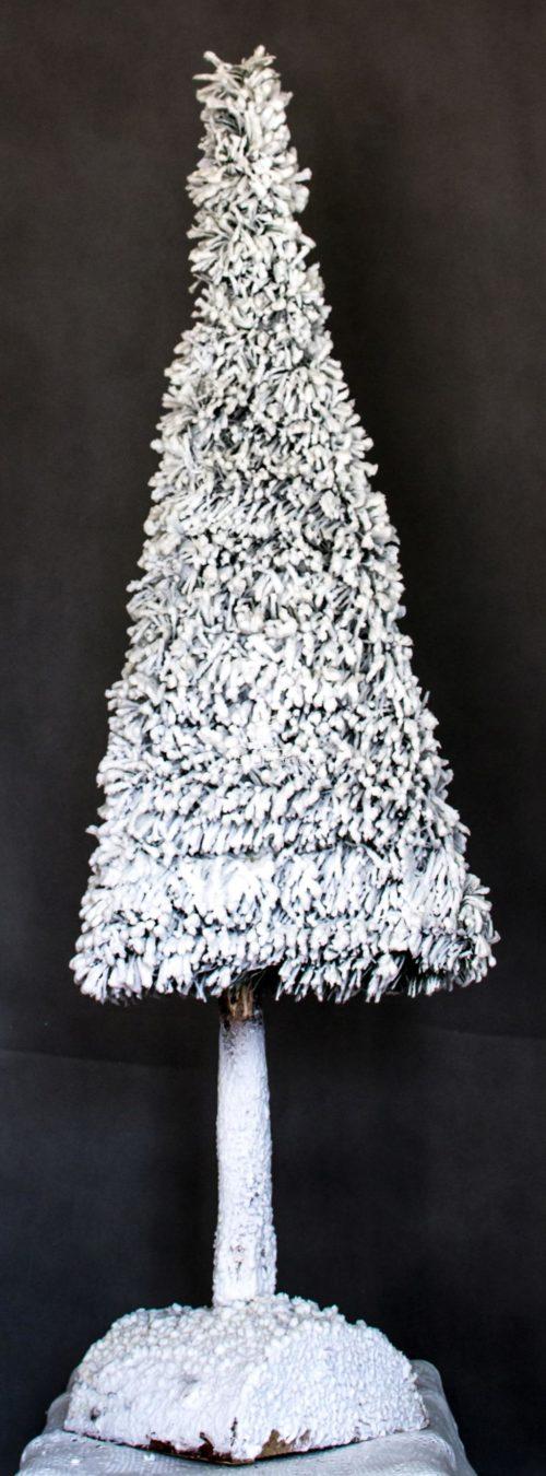 Nowoczesna choinka na pniu oprószona śniegiem ośnieżona białą ubrana bożonarodzeniowa świąteczna nietuzinkowa nowoczesna na nodze wąska mała wysoka
