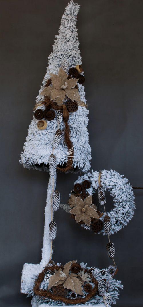 Oprószona śniegiem choinka wiantek stroik ubrana udekorowana ośnieżona ozdobiona zestaw świąteczny bożonarodzeniowy