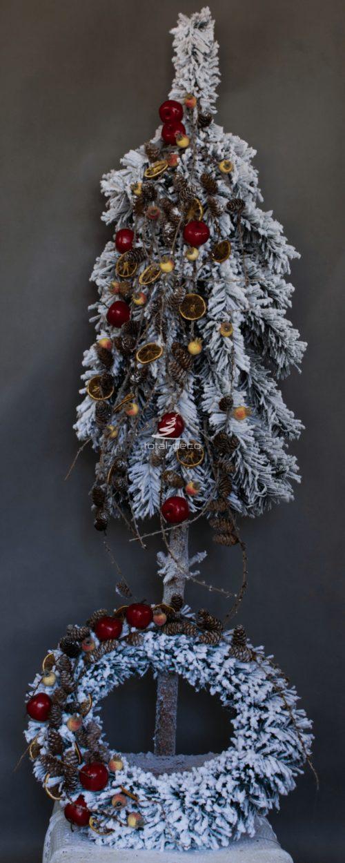 Choinka z wiankiem nowoczesna dekoracja świąteczna ośnieżona choinka ubrana oprószona śniegiem ubrana na pniu