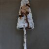 ubrana choinka śnieżona na wysokim pniu z dekoracjami w kolorze brązu beżu bielona opruszona śniegiem oryginalna bożonarodzeniowa