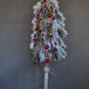 wysoka gęsta sztuczna choinka na pniu ośnieżona choinka biała ubrana z dekoracjami w kolorze złota i czerwieni duża choinka na słupku opruszona śniegiem choinka śnieg ubrana ozdoby