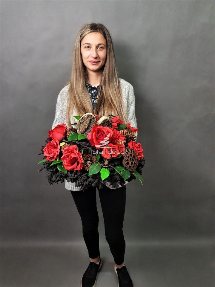 dekoracja nagrobna z czerwonymi różami
