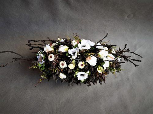 czarna wiązanka na cmentarz z biaymi sztucznymi kwiatami
