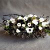dekoracja nagrobna czarna z białymi kwiatami/piękny stroik na grób