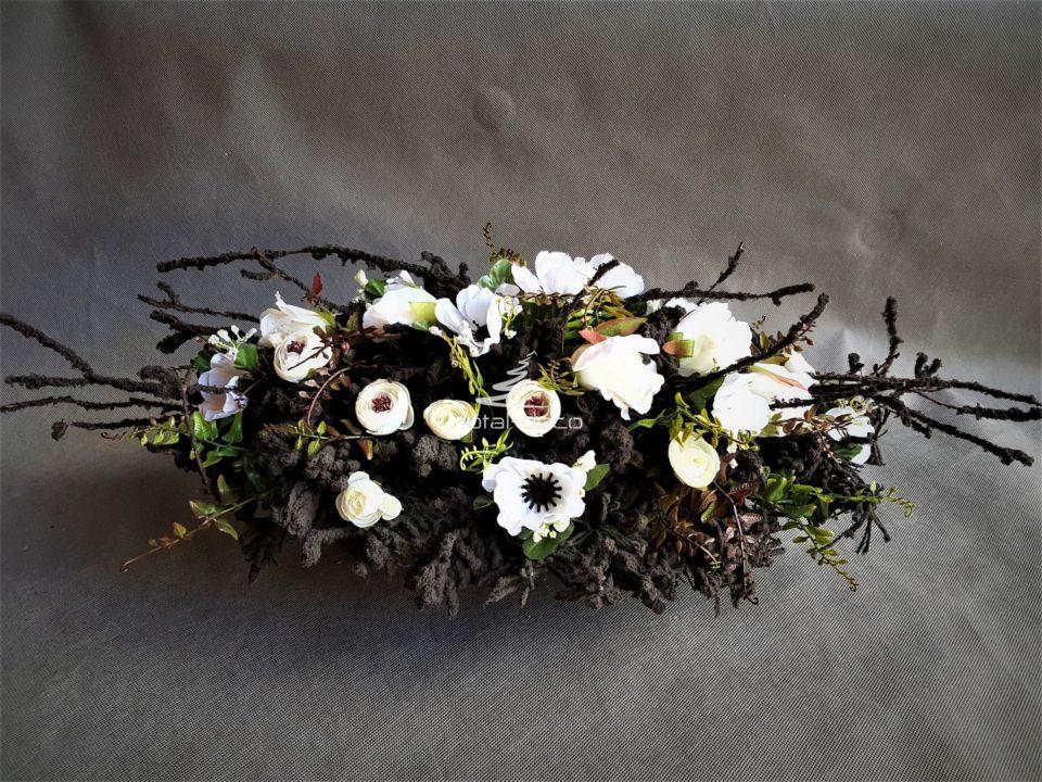 czarna wiązanka z białymi kwiatami/stroiki na cmentarz