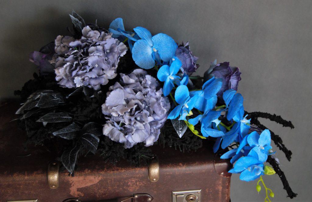 kompozycja nagrobna z pięknymi kwiatami