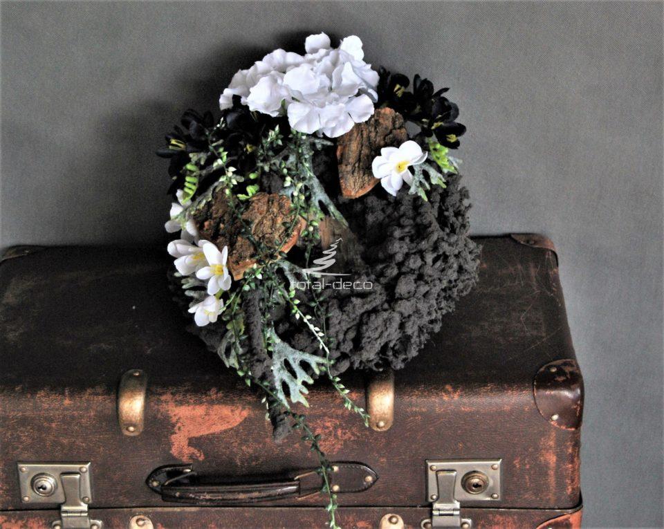 dekoracja nagrobna stroik na cmentarz na szarym flokowanym wianku z białymi kwiatami i drewnianymi sercami oraz zielonymi dodatkami