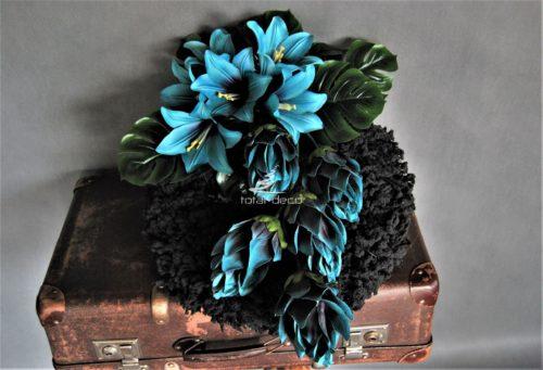 Dekoracja nagrobna stroik na cmentarz na czarnym flokowanym wianku z pięknymi granatowo-morskimi kwiatami i dodatkami wysokiej jakości.