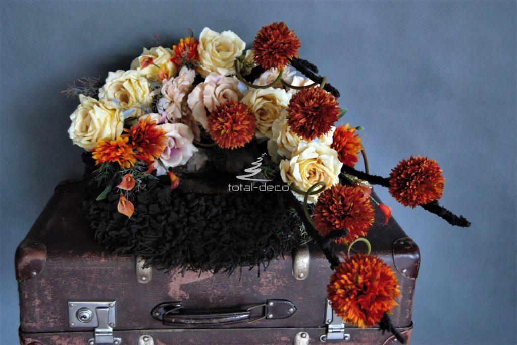 kompozycja nagrobna wieniec ze sztucznych kwiatów