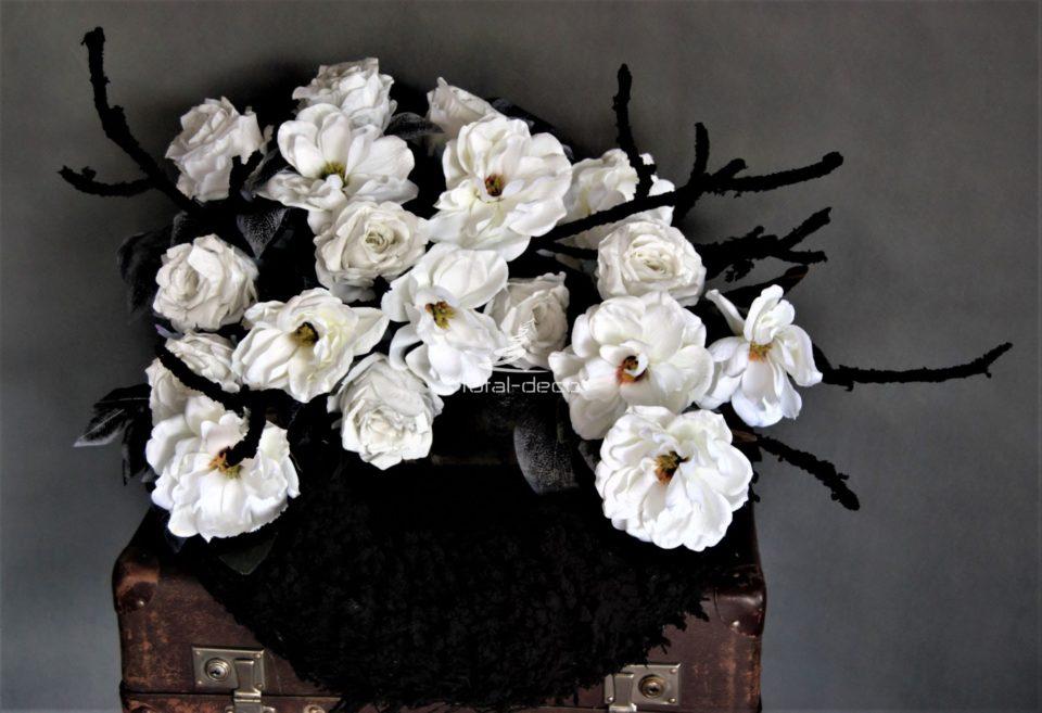 duża dekoracja nagrobna stroik na cmentarz wykonana na dużym i ciężkim flokowanym wianku piękna czarno-biała kolorystyka nadaje elgancji i dostojności dopełnieniem są grube gałęzie w identycznym kolorze jak wianek