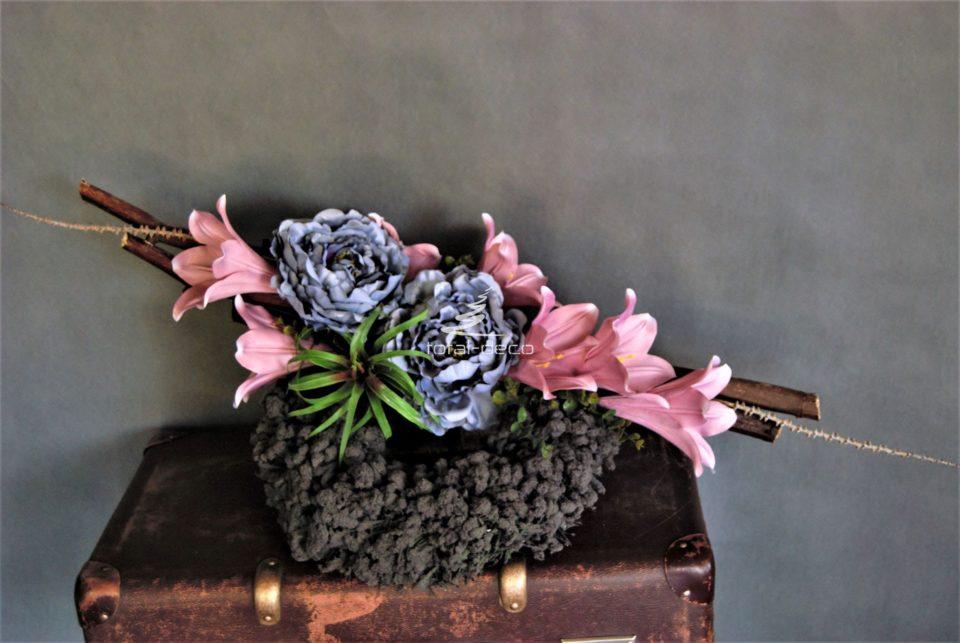 Dekoracja nagrobna stroik na cmentarz ze sztucznych kwiatów