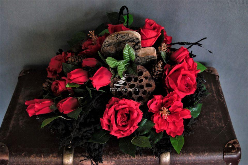 dekoracja nagrobna stroik na cmentarz z czerwonymi różami sztucznymi
