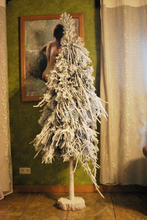Żywa ośnieżona choinka na pniu biała z naturalnych gałązek