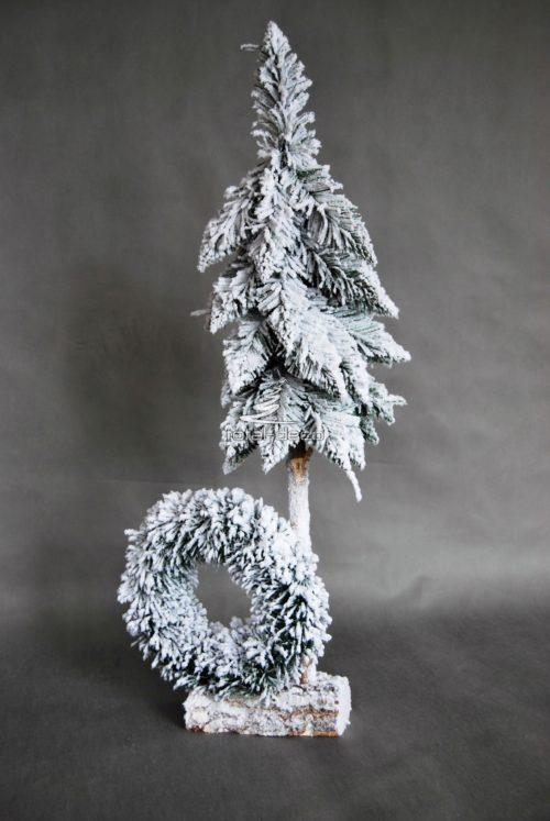 Choinka z wiankiem dekoracja świąeczna nowoczesna ozdoba choinka na pniu ośnieżona oprószona śniegiem wysoka okazała oryginalna