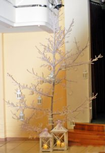 Dekoracja sal weselnych białe drzewo