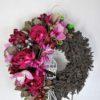 wianek na drzwi z różowymi kwiatami