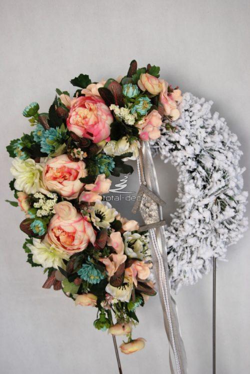 biały kwiatowy wianek na drzwi