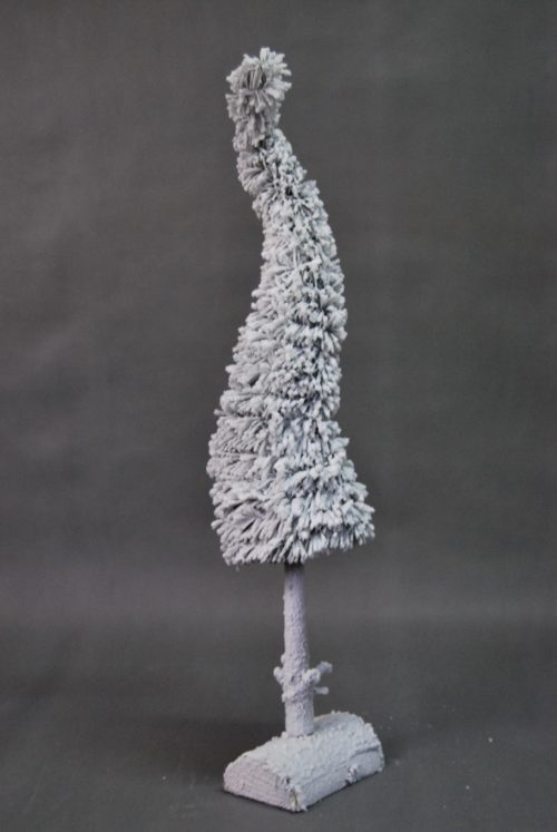 Biała ośnieżona ubrana choinka na pniu nowoczesna forma wzór oprószona śniegiem naturalna sztuczna żywa duża wąska okazała