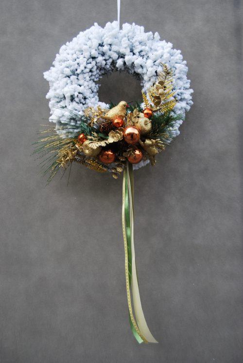 Biały wianek świąteczny ośnieżony udekorowany śnieżony delikatny ubtelny dekoracja bożonarodzeniowa świąteczna na drzwi na stoł