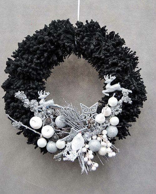 nowoczesny czarny wianek ośnieżony oprószony śniebiem śnieżony udekorowany w srebrne białę dodatki dekoracja bożonarodzeniowa świąteczna polski produkt sklep online