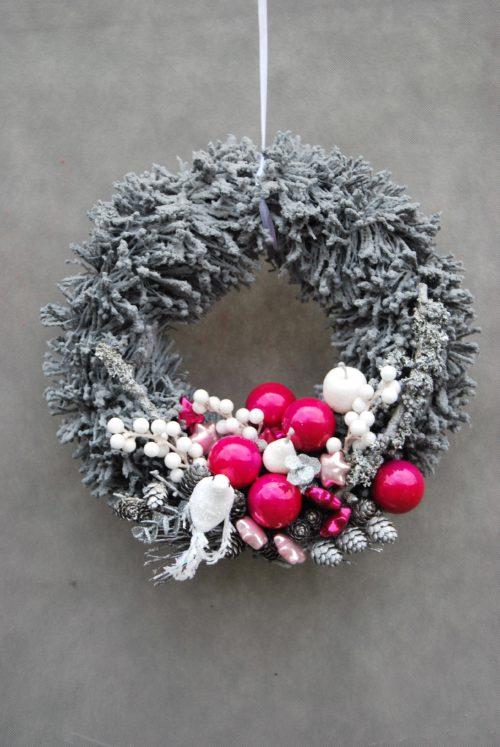 ośnieżony wianek świąteczny bożonarodzeniowy oprószony śniegiem śnieżony do powieszenia na drzwi na stół