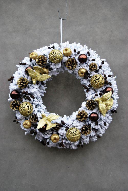 ośnieżony wianek bożonarodzeniowy/ nowoczesne wianki świąteczne